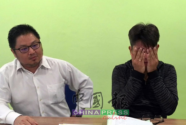颜志盛(右)向妻子和家人道歉后,不禁掉泪,以双手掩面。