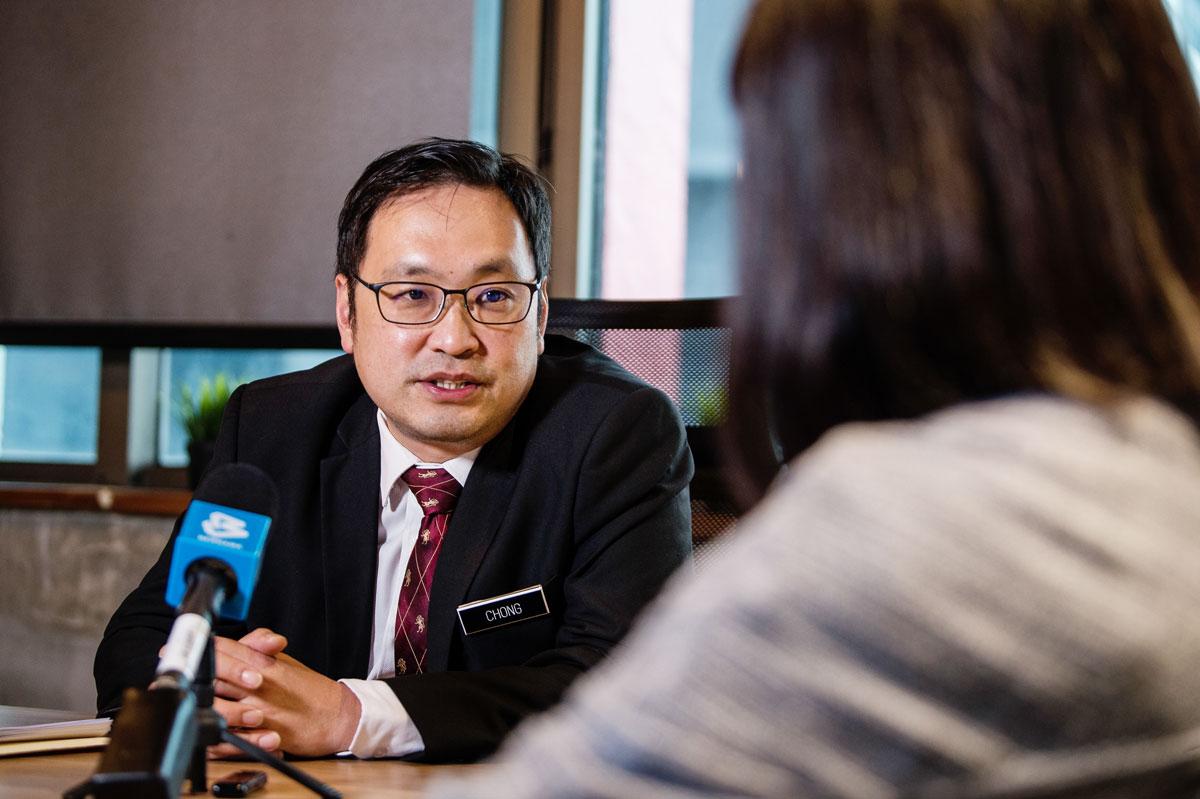 张健仁在访问中回答有关口罩短缺的问题。