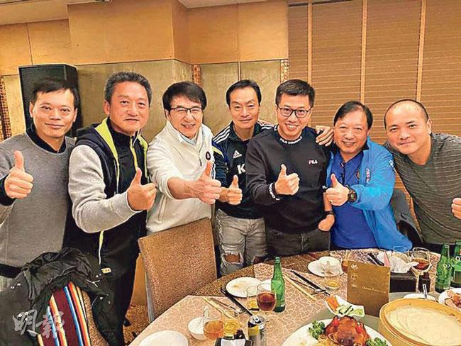 成龙(左3)在晚宴上高歌。(图:明报)
