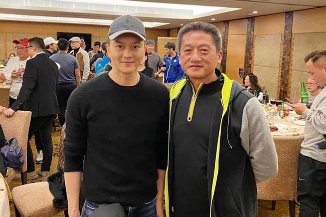 张智霖(左)和因袭击途人而被判囚的退休警司朱经纬合照。(图:立场新闻)