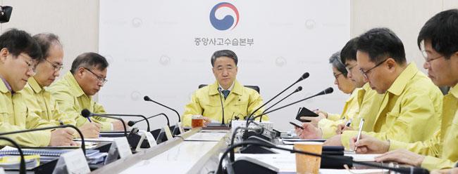 韩国卫生部今早和总理举行电话会议,针对武汉肺炎疫情进行讨论。