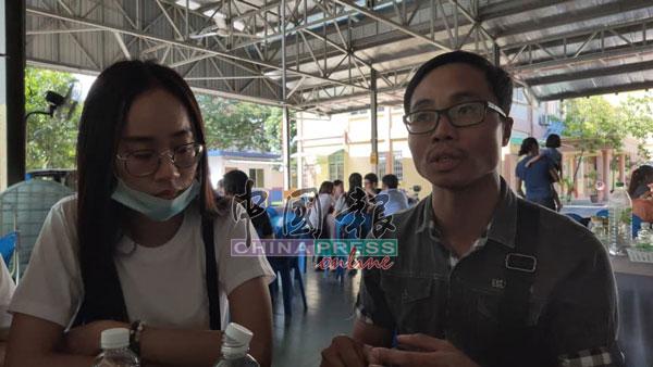 洪伟津(右)和死者妹妹饶珈𤧛在灵堂接受本报访问。
