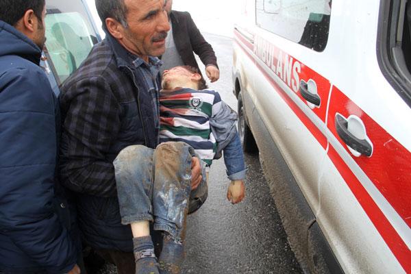 民众将一名受伤儿童抱上救护车。(美联社)
