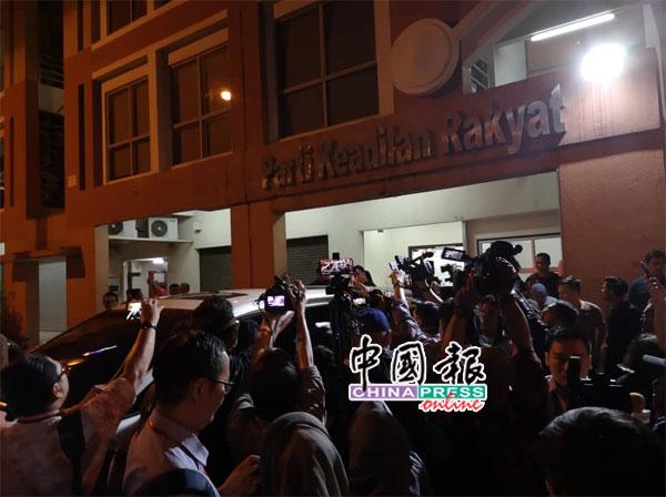 紧急希盟最高理事会会议结束后,旺阿兹莎乘车离开时受到媒体围访。