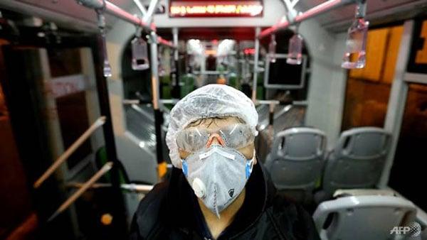德黑兰一辆巴士正进行消毒。
