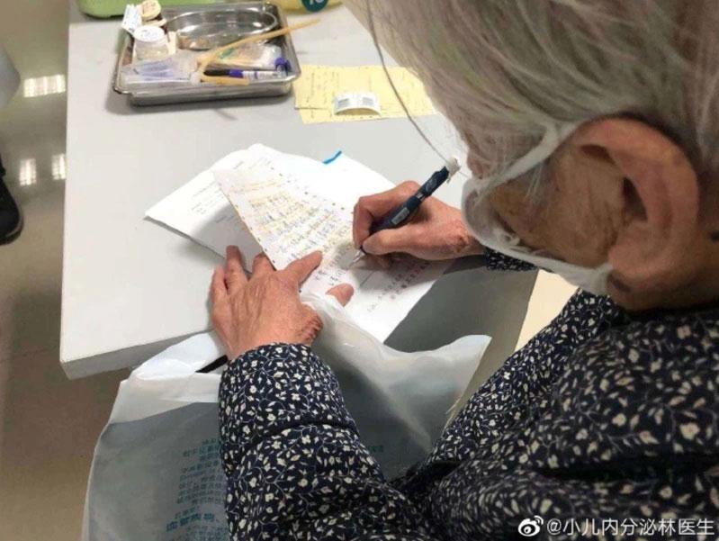 高龄90岁的婆婆,亲手写了字条鼓励染上武汉肺炎的儿子。