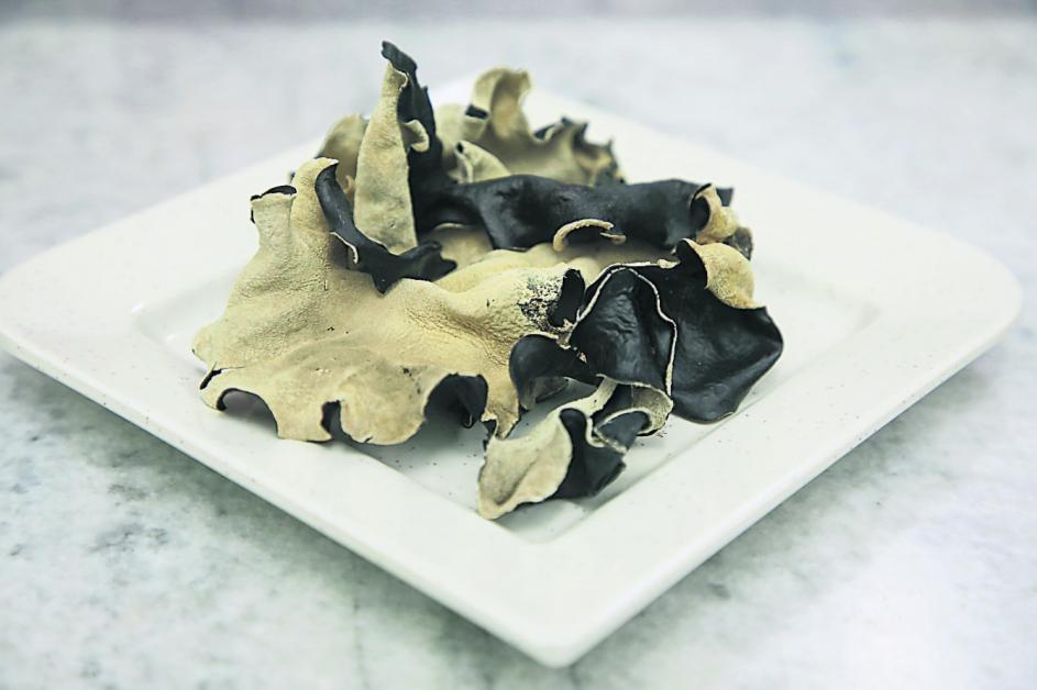 黑木耳蛋白质含量和肉类相当,钙质含量是肉类的20倍,因此,它也是补血佳品。此外,黑木耳的维他命E含量也非常高,有美白养颜功效。