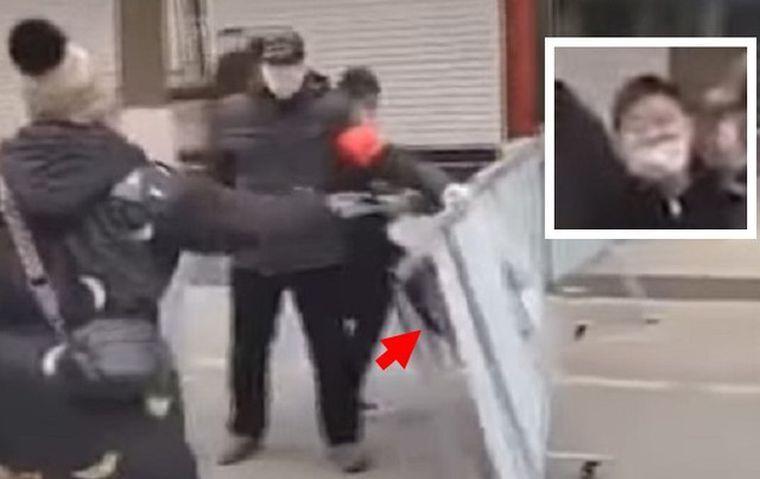 14岁的王姓少年(小图)用脚(红箭头)狠踢防疫关卡。
