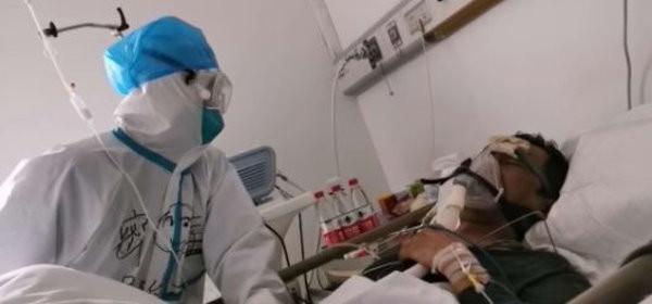 林林提供医护人员救治丈夫的照片。