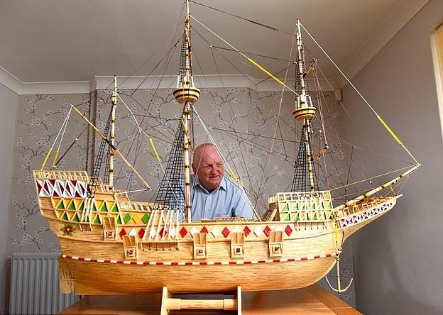 """退休水手雷诺兹展示其亲手制作的""""五月花号""""帆船模型。"""