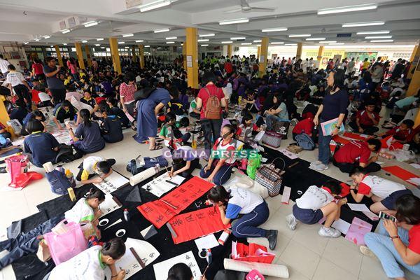 逾2800名参赛者聚集在芙蓉振中学校参与挥春比赛,将中华文化发扬光大。