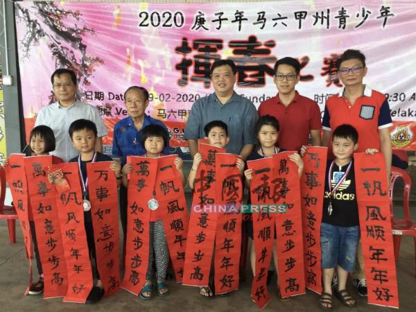 初小组一等、二等及入选奖的优胜者,后排左起为张书溢、文亚苏、陆志锟、陈炜建、刘进鸿。
