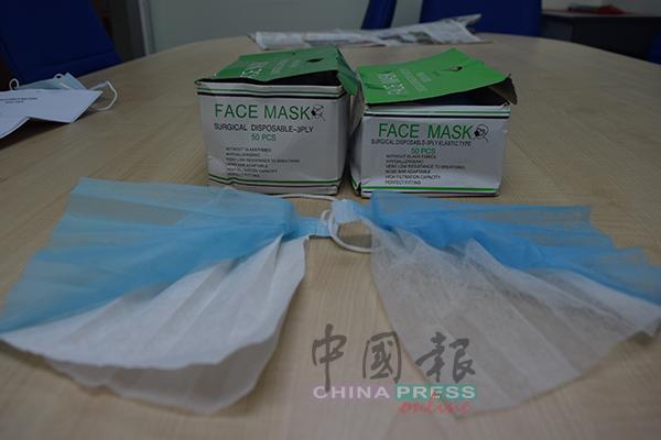 林景文于2年前购买的口罩(左)质地明显较好,口罩过滤网也较厚,而今年购买的口罩(右),虽然盒子一样,但过滤网质地却薄如纱。