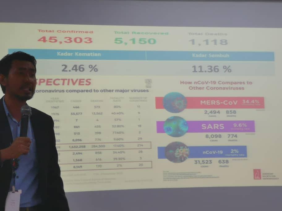 官员分享武汉肺炎的案例数据。