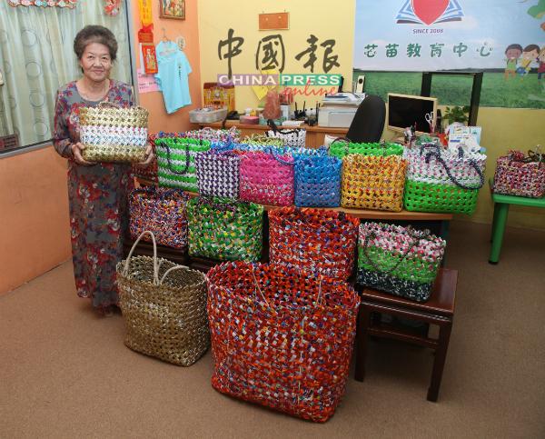 郑宝玲化腐朽为神奇,将塑料包装编织成各种款式设计的环保袋。