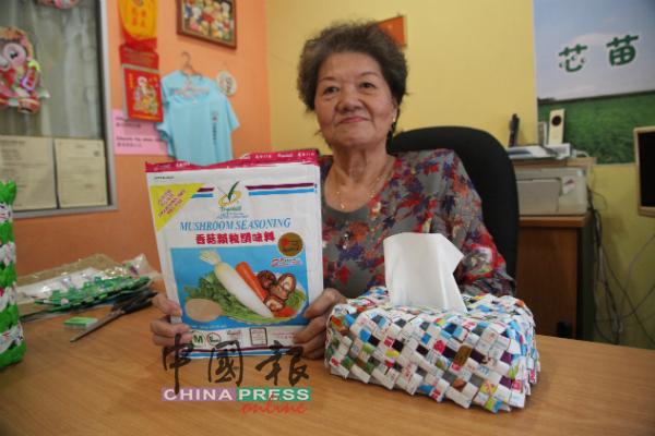 郑宝玲以数十个味精袋编织成一个纸巾盒。