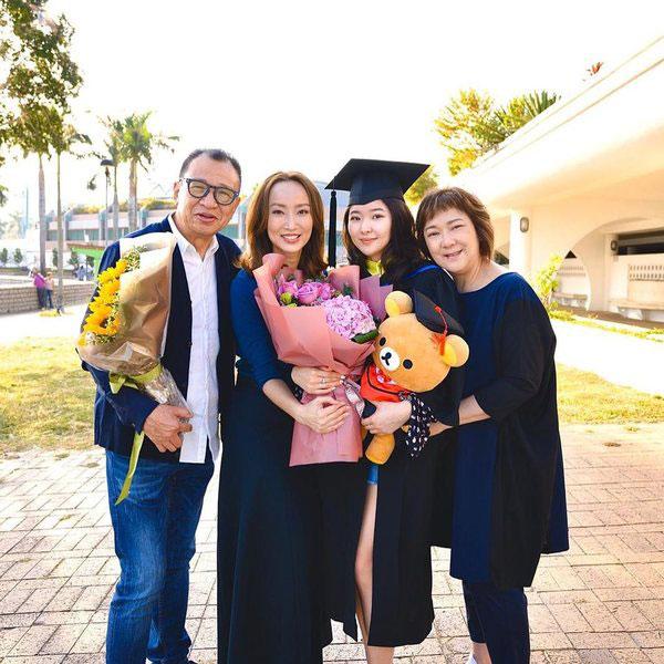 主持早前采访了许绍雄女儿的毕业礼。