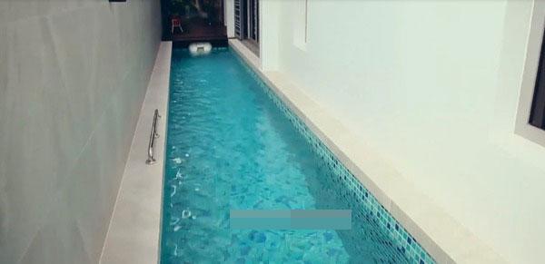 甫入家门就可见小型泳池。
