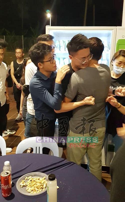 江骏乐见到霸凌弟弟的同学出现,难忍丧弟之痛,几乎站立不住,需要旁人搀扶。