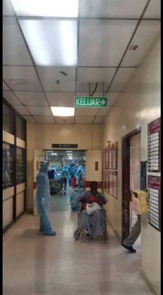 医护人员全副武装如临大敌,让人以为出现了武汉肺炎病例。