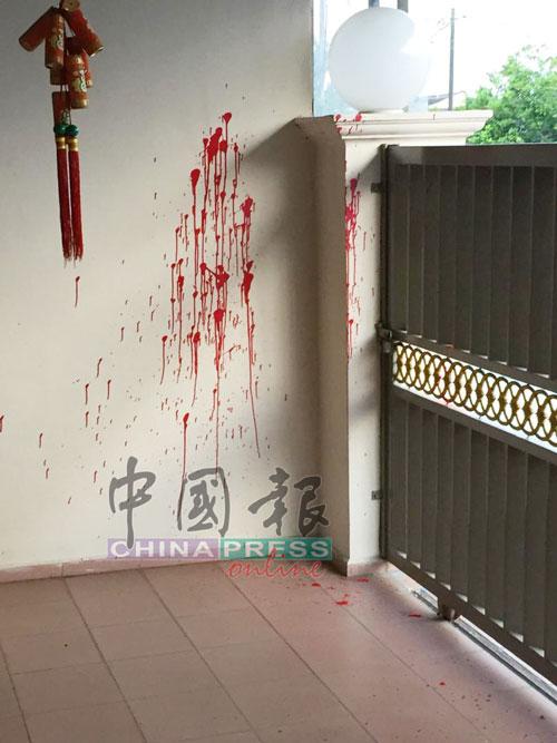 墙壁局部也被泼上红漆。