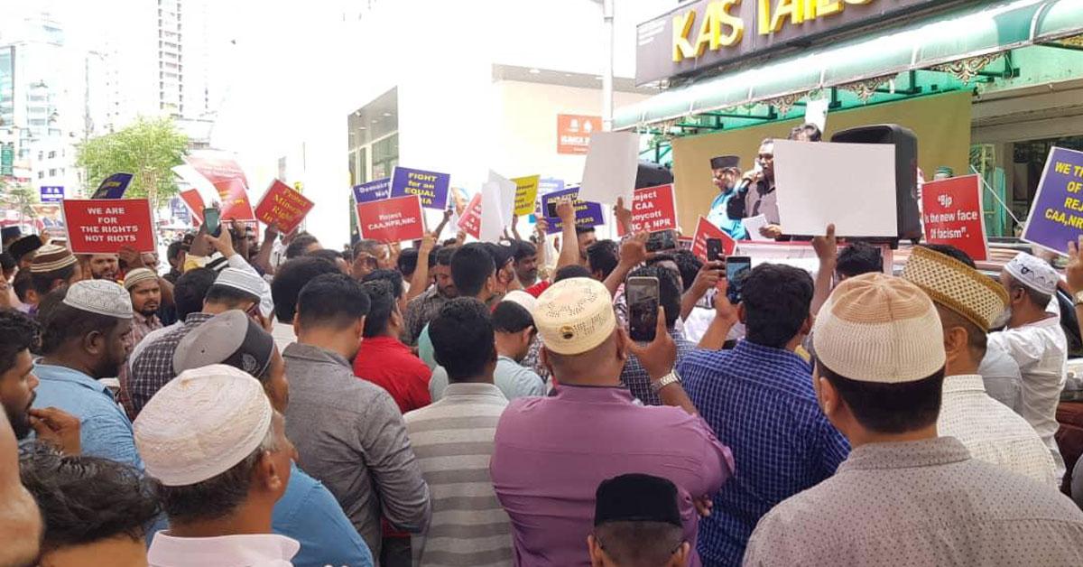 约百名印裔穆斯林到印度清真寺抗议,似乎不惧怕疫情传染。