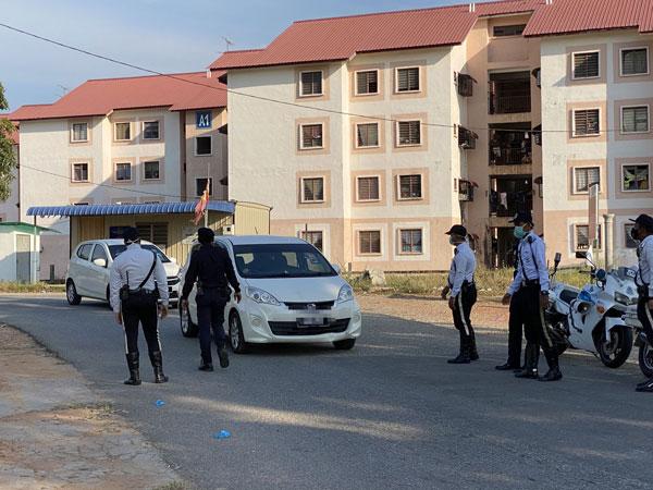 瓜拉姆拉县警方在巴雅纳虎组屋,设路障询问居民外出的情况。