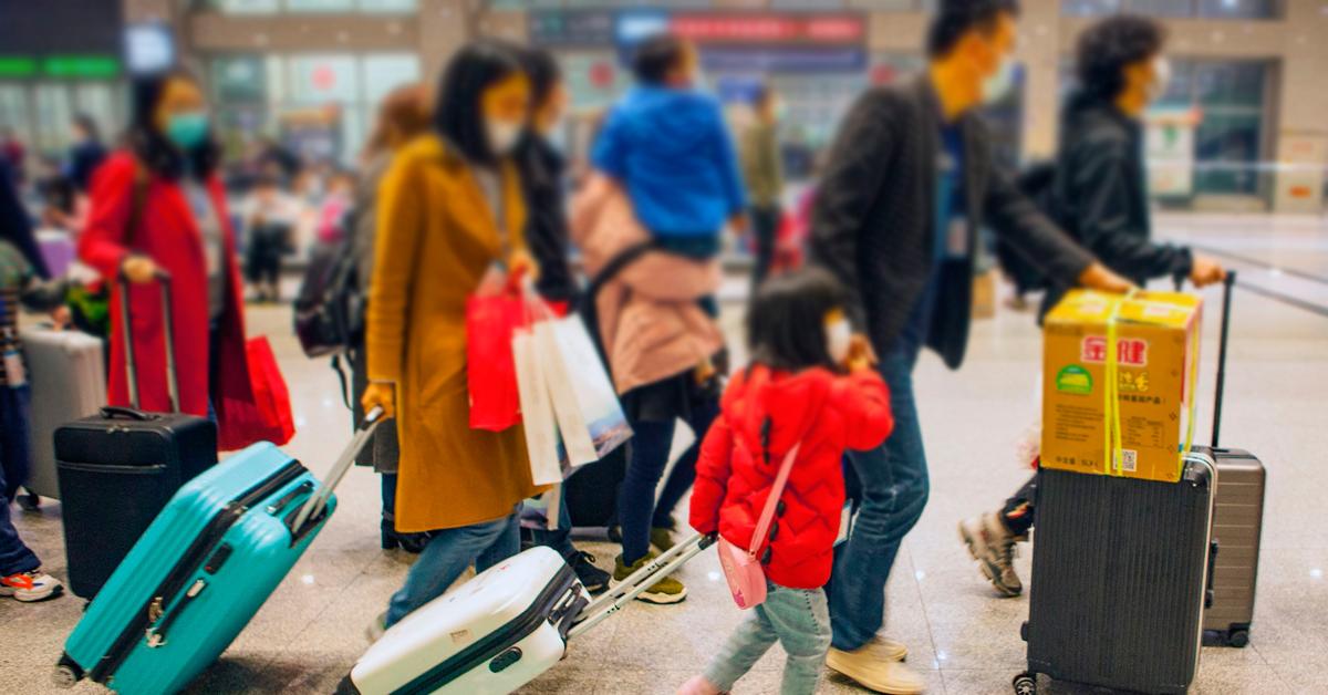 在湖北宜昌市,民工和他们的家人排队登上火车,准备前往深圳复工。(法新社)
