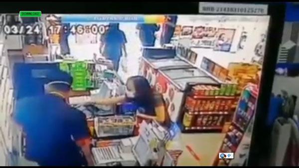 女子帮男友买香烟,较后发现买错牌子欲更换时,遭到店员拒绝。
