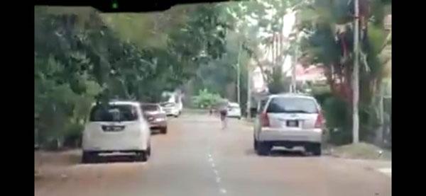 男子快速跑离现场。