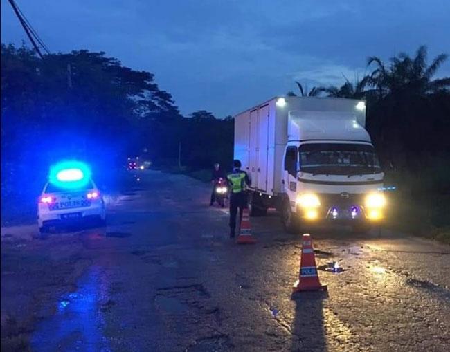 警方不分日夜展开路检,为了预防疫情扩散。