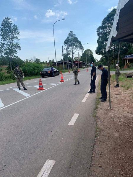 军警人员严密管制新邦令金2个实施加强行动管制令的村庄入口。