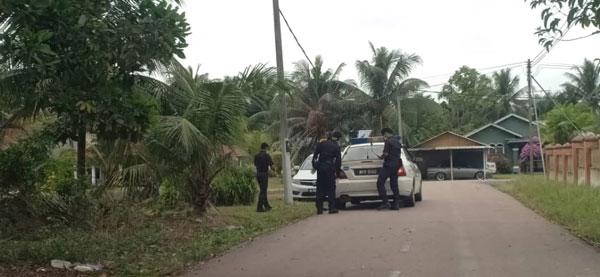 警员在新邦令金被封村2个甘榜展开巡逻行动。