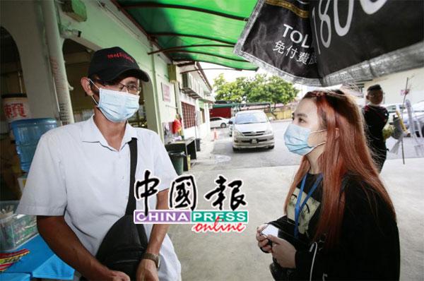 陈先生(左)将死者车祸及延迟就医情况,告知本报社会新闻组记者吕嘉敏。