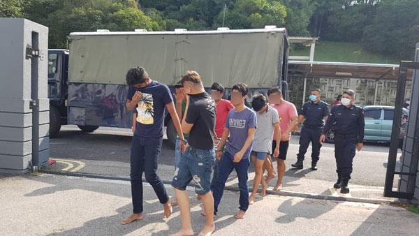 13名开毒趴男女已获警方口头保释。