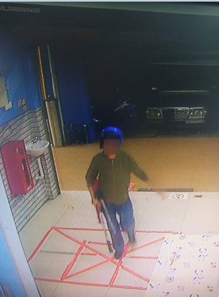 2名窃匪的样貌和干案过程都被闭路电视清楚摄下。
