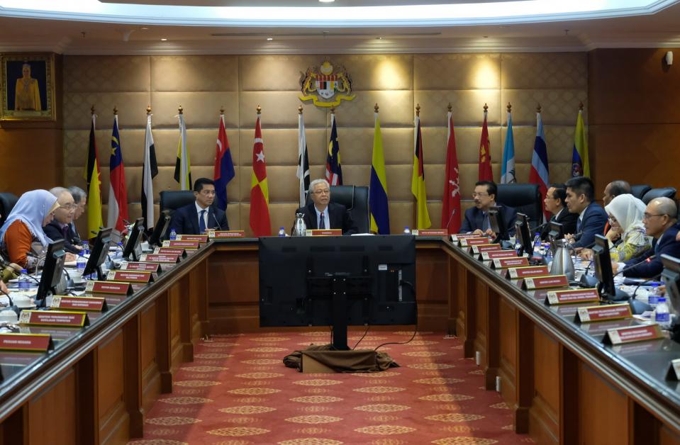 依斯迈沙比里(中)主持会议;左4起为阿兹敏阿里和政府首席秘书拿督斯里莫哈末祖基。