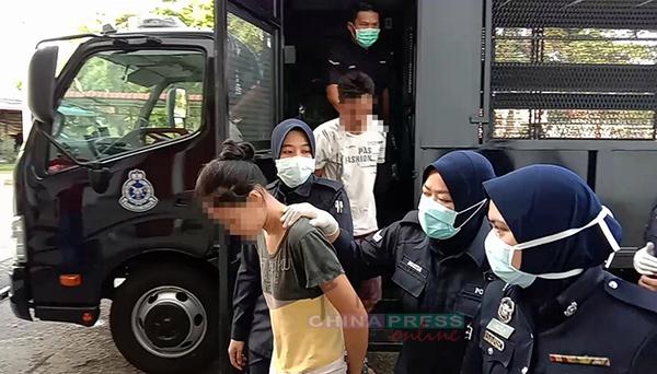 保母及丈夫一前一后被押下警车,准备上庭。