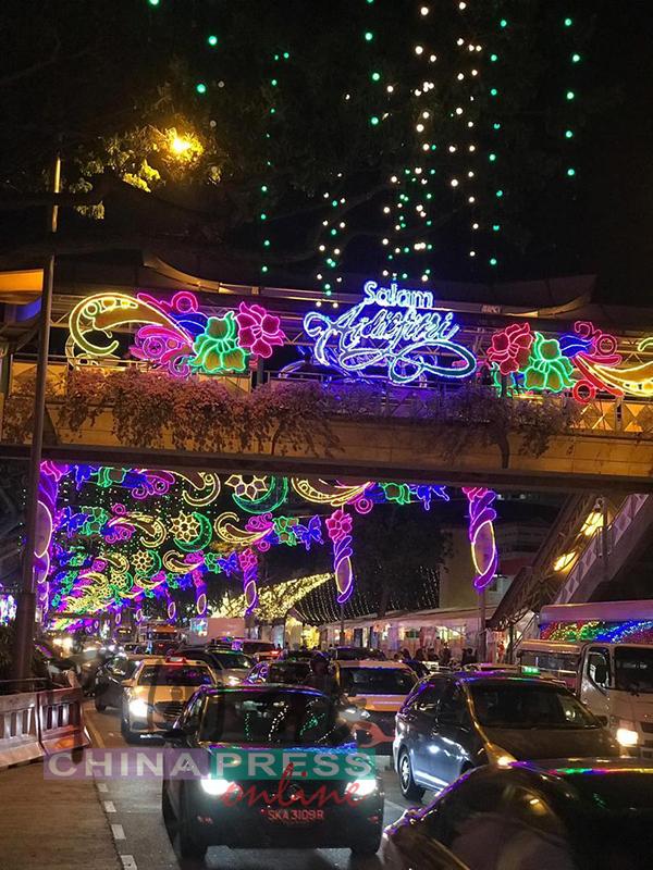每年斋戒月,新加坡芽笼士乃 开斋市集都出现大量人潮。