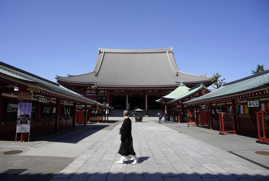 一名和尚周二在空荡的浅草寺里散步。