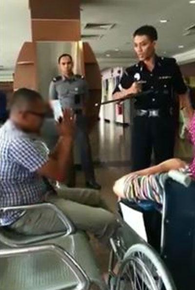 警员出示手铐和警棍时,男子立马坐在椅子上乖乖道歉。