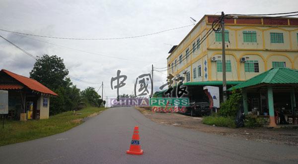 依布拉欣马吉新镇村民获准到村口的商店,购买日常用品和粮食。