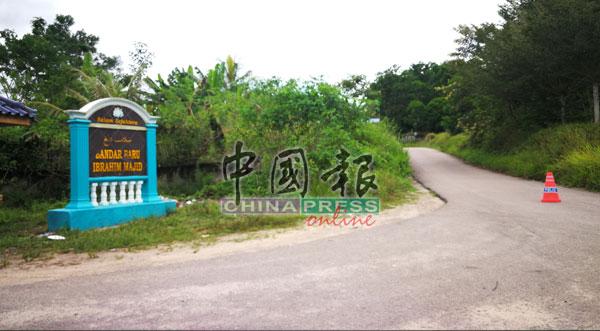 依布拉欣马吉新镇的其中一个村口,仍置有障碍物,同时有警员驻守,未来一周任何人依然禁止进出。