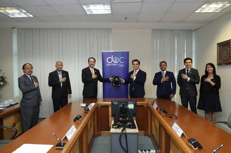 诺希山(左3)和合作公司交换合作谅解备忘录。
