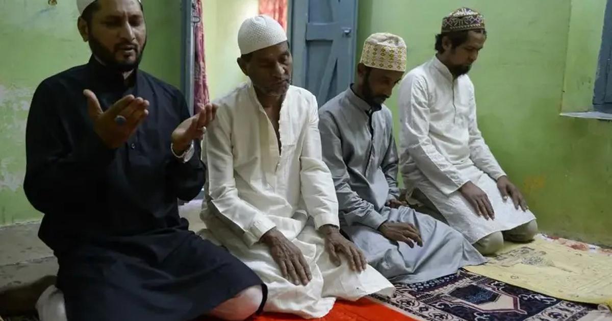 印度的穆斯林家庭进行每周五的午祷。法新社
