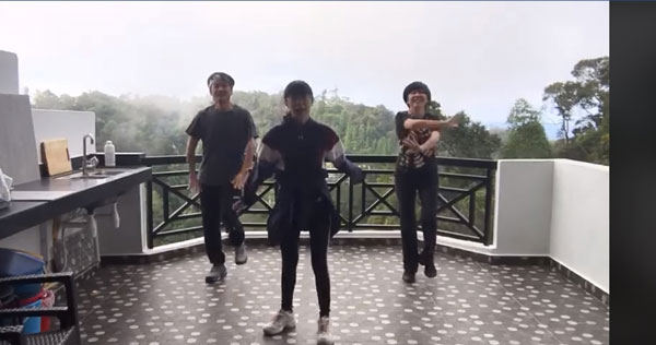 两夫妻陪小米跳舞,笑说忘了自己老了。(图/视频)