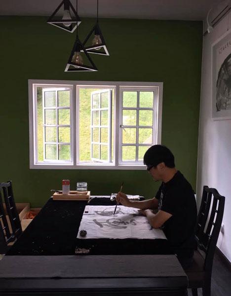 黄一飞的屋子没有电视,平时是作画念经等打发时间,不觉苦闷。(图/FB)
