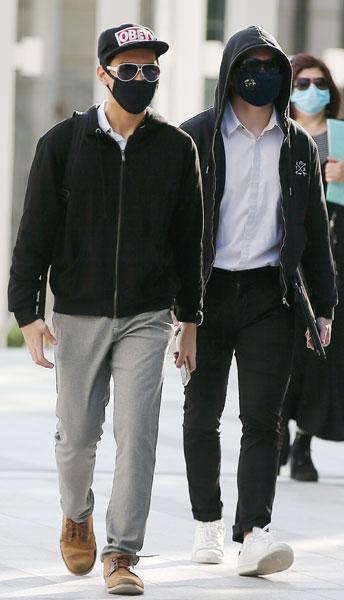 郭轩志(左)和庞耀明(右)被控上法庭。(海峡时报)