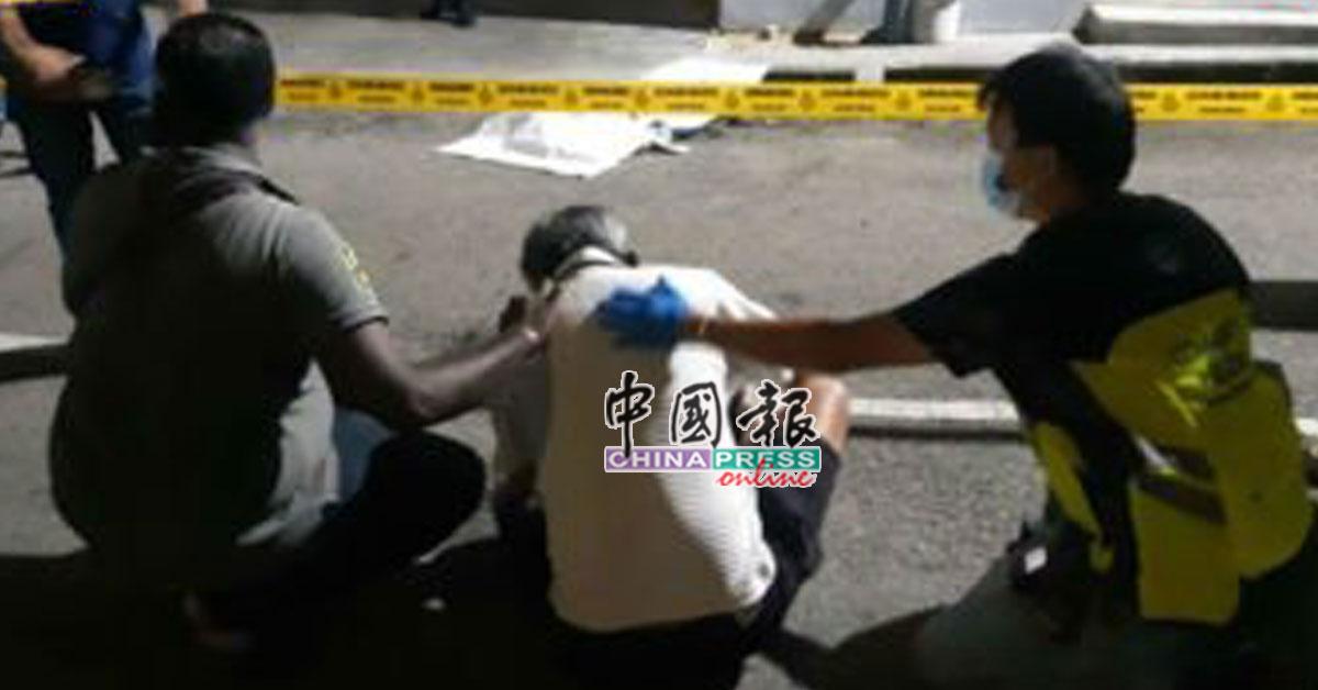 死者父亲陈家俊移车后见儿尸,伤心痛哭。
