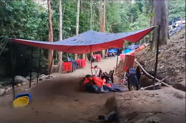 村民非法移居山林,搭建帐篷充当住家,居然还在入口处设有活动区。